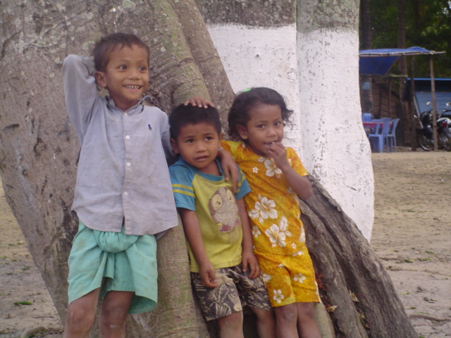 2006 Cambodia kids at Sambo river dolphin site 02.jpg