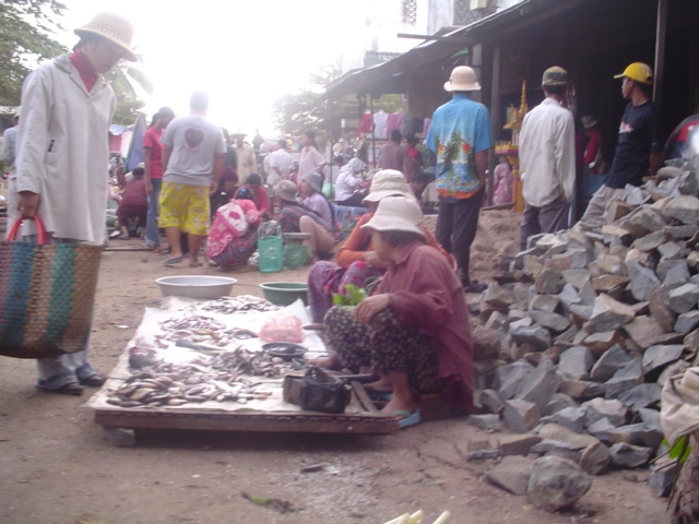 2006 Cambodia Kratie early morning market 03.jpg