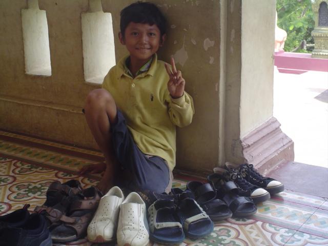 2006 Cambodia Phnom Penh Wat Phnom temple shoe boy 04.jpg