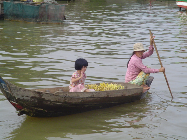 2007 Cambodia Lake Tonle Sap floating village 40.jpg