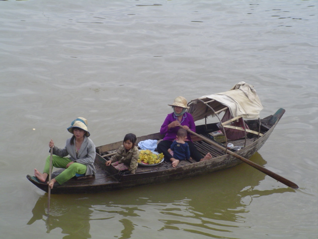 2007 Cambodia Lake Tonle Sap floating village 53.jpg