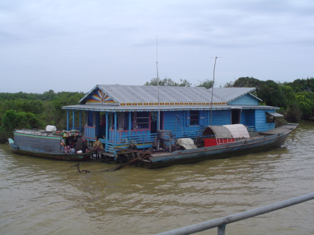 2007 Cambodia Lake Tonle Sap floating village 69.jpg